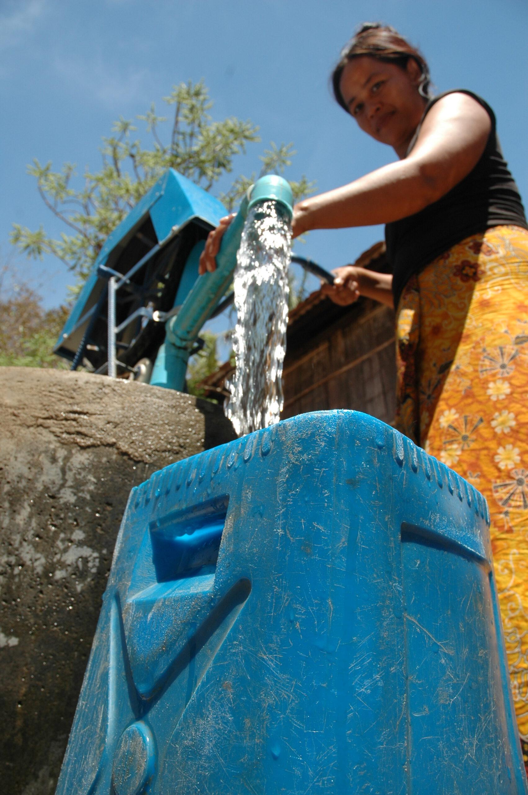 GNO0420_Wassertranks_Plan International_Soleil Chantara Mom_Bild stammt aus einem ähnlichen Plan-Projekt in Kambodscha